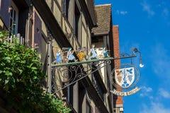 RIQUEWIHR, FRANCIA EUROPA - 24 DE SEPTIEMBRE: El colgante firma adentro Riquew imágenes de archivo libres de regalías