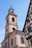 RIQUEWIHR, FRANCIA EUROPA - 24 DE SEPTIEMBRE: Torre de iglesia en Riquew imágenes de archivo libres de regalías