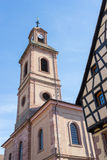 RIQUEWIHR, FRANCIA EUROPA - 24 SETTEMBRE: Torre di chiesa in Riquew immagini stock libere da diritti