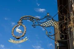 RIQUEWIHR, FRANKRIJK EUROPA - 24 SEPTEMBER: Hangend teken in Riquew Stock Foto's