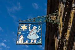 RIQUEWIHR, FRANKRIJK EUROPA - 24 SEPTEMBER: Hangend teken in Riquew Royalty-vrije Stock Afbeeldingen