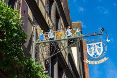 RIQUEWIHR, FRANKRIJK EUROPA - 24 SEPTEMBER: Hangend teken in Riquew Stock Foto