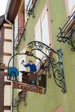 RIQUEWIHR, FRANKRIJK EUROPA - 24 SEPTEMBER: Hangend teken in Riquew Royalty-vrije Stock Foto's