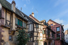RIQUEWIHR, FRANKRIJK EUROPA - 24 SEPTEMBER: Kleurrijke gebouwen binnen Stock Foto