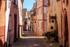 RIQUEWIHR, FRANKRIJK - JULI 17, 2017: Schilderachtige straat met traditionele kleurrijke huizen in Riquewihr-dorp op Elzassische  royalty-vrije stock fotografie