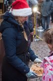 Riquewihr - Frankrike - 16 December 2017 - kvinna med julhatten Royaltyfri Fotografi