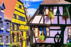 Riquewihr i Frankrike - romantisk medeltida stad på det Alsace vinet r Arkivfoton