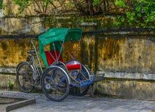 Riquexó ciclo na rua em Hoi An, Vietname imagem de stock