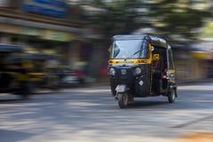 Riquexó de pressa através das ruas de Mumbai fotos de stock