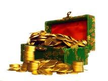 Riquezas, monedas de oro en un pecho fotografía de archivo libre de regalías