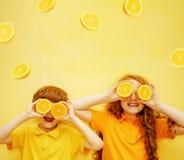 Rir crianças com olhos alaranjados mostra os dentes saudáveis brancos imagem de stock