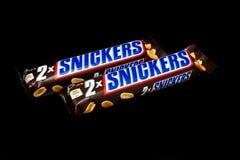 Rir debochadamente a barra de chocolate imagens de stock