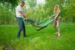 Rir parents o jogo com sua filha pequena em um parque imagens de stock royalty free