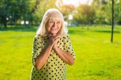 Rire aîné de femme Image libre de droits