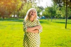Rire aîné de femme Images libres de droits