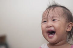 Rire asiatique d'enfant en bas âge de fille Image libre de droits