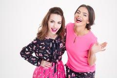 Rire attrayant gai de deux jeunes femmes Photographie stock libre de droits