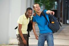 Rire d'étudiants universitaires Photographie stock