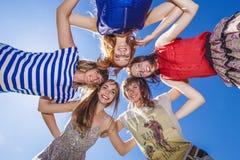 Rire d'amie de femmes contre le ciel Images libres de droits