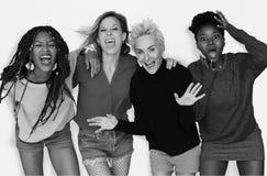 Rire d'amitié de filles apprécient ensemble Images stock