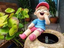 Rire de bébé sur le pot devant la boutique photos libres de droits