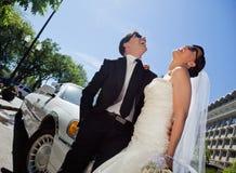 Rire de couples de mariage photo libre de droits