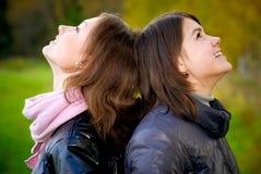 Rire de deux amies Photos libres de droits