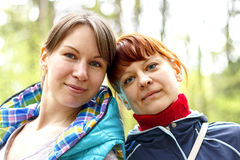 Rire de deux amies de femmes Photos stock