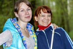 Rire de deux amies de femmes Photos libres de droits
