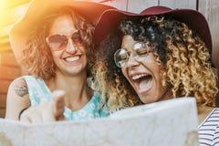 Rire de deux jeunes femmes Photographie stock