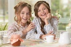 Rire de deux petites filles Photos libres de droits