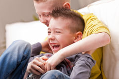 Rire de deux petits garçons Photographie stock