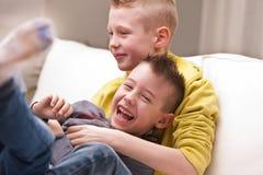 Rire de deux petits garçons Photos stock