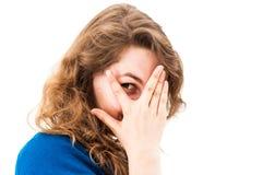 Rire de dissimulation de visage de femme timide Photographie stock