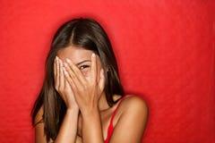 Rire de dissimulation de visage de femme timide espiègle Image libre de droits