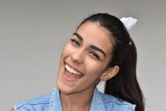 Rire de femelle de Latina image stock