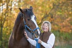 Rire de femme et de cheval Photographie stock