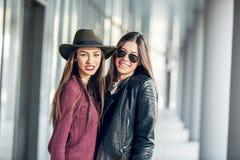Rire de l'adolescence deux d'amie Image stock