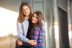 Rire de l'adolescence deux d'amie Photographie stock