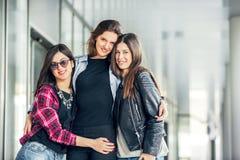 Rire de l'adolescence trois d'amie Photos stock