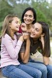 Rire de mère affectueuse et de deux descendants photo libre de droits