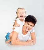 Rire de mère et de descendant Photographie stock