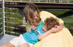 Rire de mère et de fils Photographie stock libre de droits