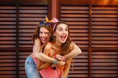 Rire de meilleurs amis ferroutage Image stock