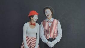 Rire de pantomime de deux jeunes Photo stock