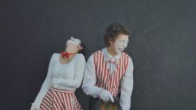 Rire de pantomime de deux jeunes Photos libres de droits