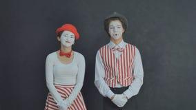 Rire de pantomime de deux jeunes Images stock