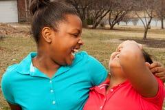 Rire de soeurs et de meilleurs amis d'afro-américain Photographie stock