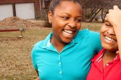 Rire de soeurs et de meilleurs amis d'afro-américain Image libre de droits