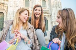 Rire de trois jeune beau filles Photos stock